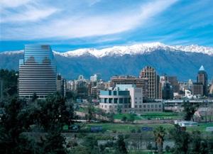 Santiago, capital do Chile, aos arredores da Cordilheira dos Andes
