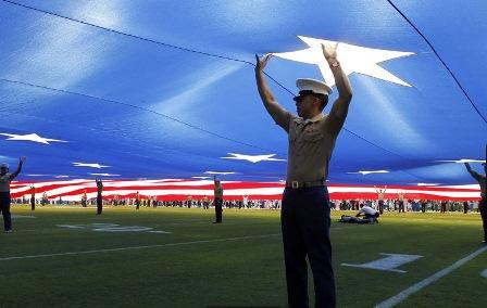 Homenagem durante um jogo de futebol americano, em San Diego