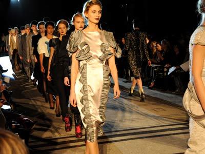 Alunos London College of Fashion desfilam suas coleções