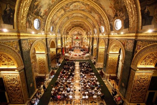 Público comparece a missa em igreja da cidade de Valetta, capital de Malta, que celebra o 47º aniversário da independência do país