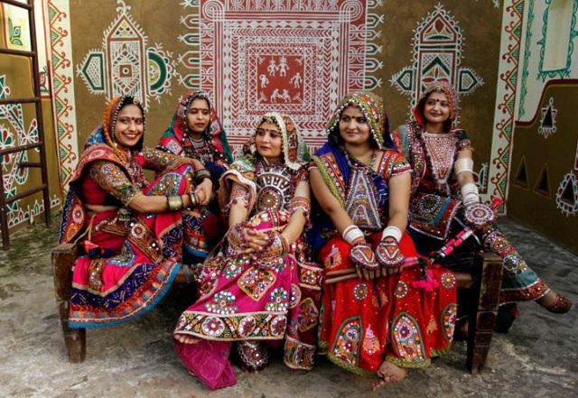 ulheres indianas se preparam para ensaiar a garba, dança típica do Estado de Gujarat, no oeste da Índia. Ensaio é uma preparação para o Navratri.