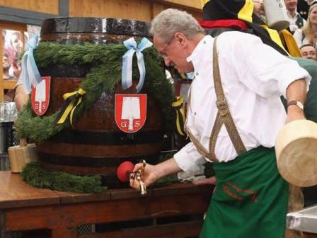 Prefeito de Munique, Christian Ude, abre o primeiro barril de cerveja, dando início à bebedeira na Oktoberfest