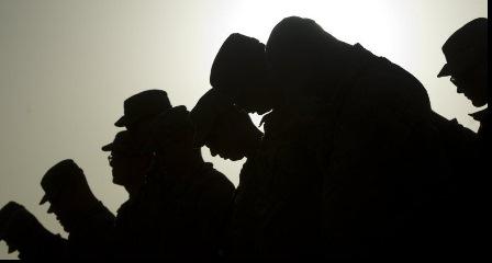 Soldados  norte-americanos no Afeganistão prestam homenagens