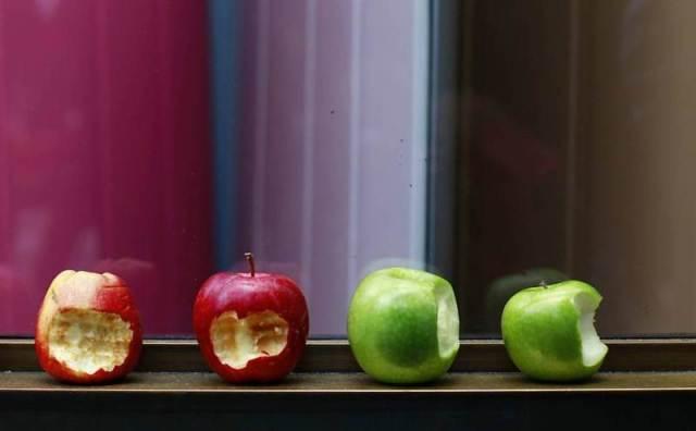 Em Londres (Reino Unido), fãs colocaram maçãs mordidas, símbolo da marca, em frente à loja da Apple na cidade