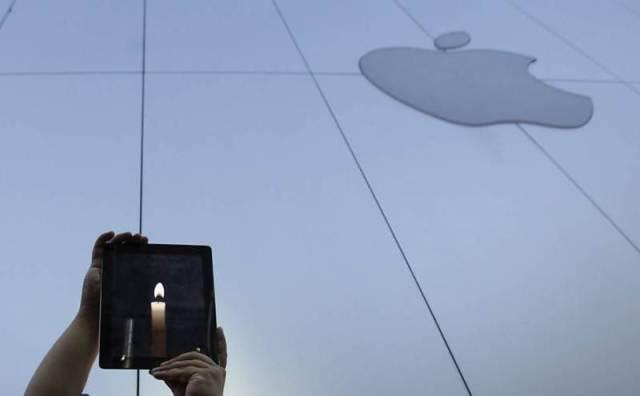 Fãs da Apple fazem vigília em frente a uma loja de Tóquio, no Japão, usando aplicativo que simula vela