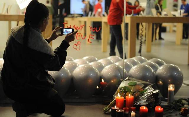 Mulher tira foto em frente a uma loja da Apple, em Santa Monica, na Califórnia (EUA), usando um iPhone
