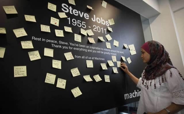Na Malásia, fãs prestam homenagem ao fundador da Apple com mensagens em um mural