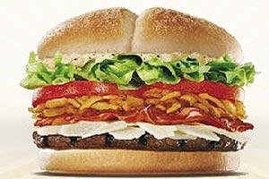 Espanha: Steakhouse Ceasar, que leva carne de vitela, queijo grana padano, molho Ceasar, bacon, cebolas fritas crocantes, tomate, alface e pão com gergelim (Burger King)