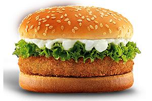 Índia: os indianos não consomem carne de vaca, então para eles há opções vegetarianas, como o McVeggie, feito com batatas, ervilhas, cenoura e temperos indianos, empanados e fritos , com maionese, alface (Mc Donald's)