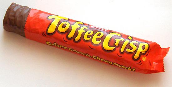 """ToffeeCrisp - Reino Unido: : a marca Nestlé tem vários tipos de chocolate na Europa que ainda não estão disponíveis na América Latina, e o ToffeeCrisp é um deles. Recheado com flocos de arroz e caramelo, tem como lema """"alguém, em algum lugar, está comendo um ToffeeCrisp""""."""
