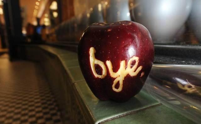 Uma maçã com a palavra bye esculpida foi deixada em frente a uma loja da Apple em Pasadena, na Califórnia