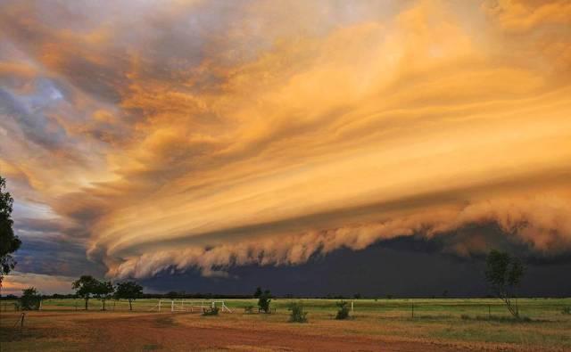 Tempestade sobre Brinard Station, em Queensland era o primeiro sinal da passagem do ciclone Yasi, um dos mais poderosos da história da região.