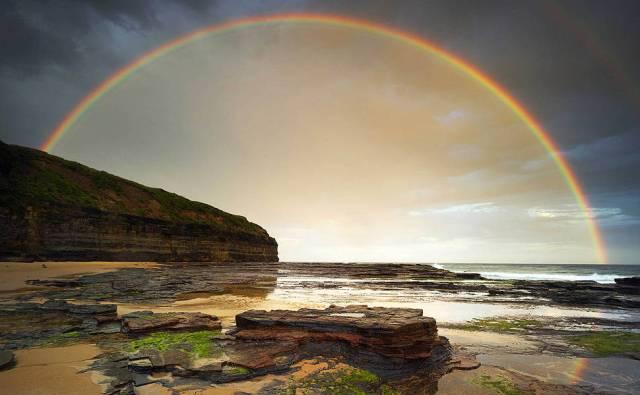 Um arco-íris duplo na praia de Wombarra, em New South Wales.