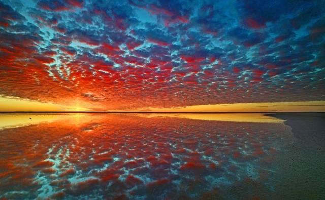 Altos cúmulos no céu são refletidos no Lago Eyre, o maior lago de sal da Austrália.