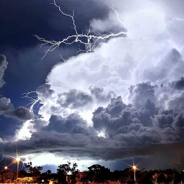 No período mais úmido do ano, entre outubro e abril, a região tem mais tempestades e chuvas de monção. Em dezembro, Darwin chega a ter 20 dias de trovoadas.