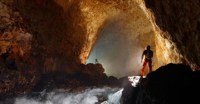 Para realizar seus estudos, os exploradores precisam vencer desafios como os rios subterrâneos, tais e quais este que corre na entrada da caverna de Ora, em Papua Nova Guiné.