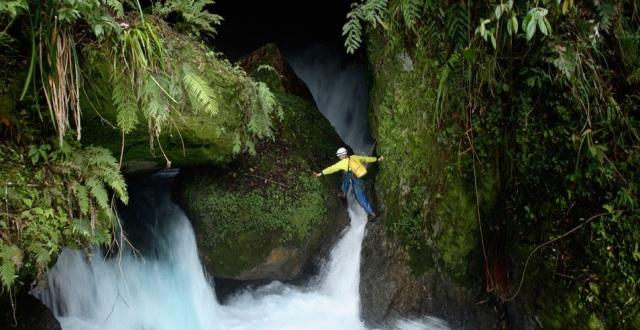 A caverna fica atrás da cachoeira de Ora, que os exploradores também precisam vencer para chegar ao seu destino.