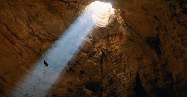 Um estudioso de cavernas desce as profundezas de Majlis al Jin, no Omã.